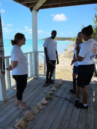 Claire Thomas of the Cape Eleuthera Institute assists students.